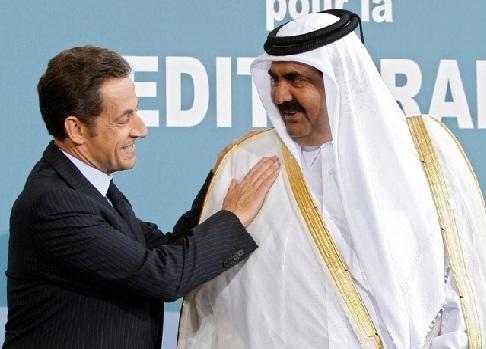 France`s President Nicolas Sarkozy (L) greets Qatar`s Emir