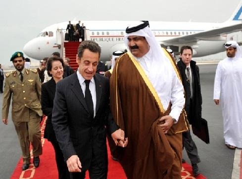 Qatar`s ruler Sheikh Hamad bin Khalifa Al-Thani (R) welcomes France`s President